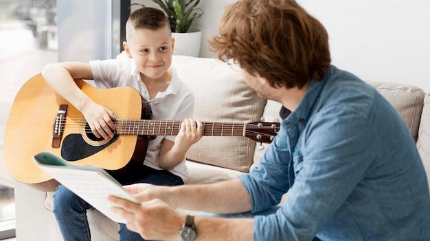 Criança entusiasmada tocando violão