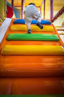 Criança, escalando, escadas, em, kindergarden, pátio recreio