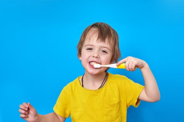 Criança escovando os dentes estúdio
