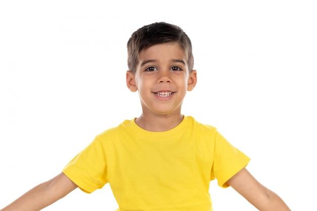 Criança escura feliz com t-shirt amarela
