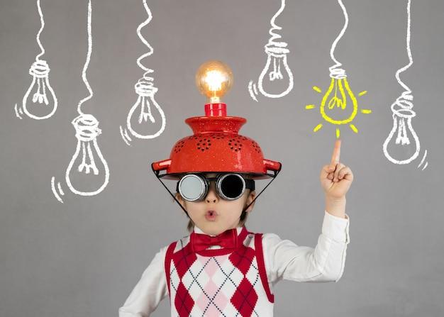 Criança esperta finge ser empresário criança engraçada usando capacete com lâmpada