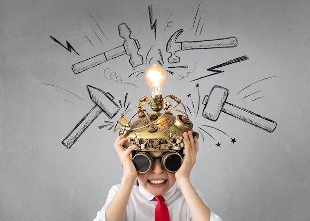 Criança esperta finge ser um empresário.