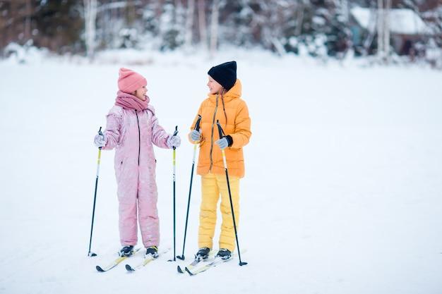 Criança esqui nas montanhas. esporte de inverno para crianças.