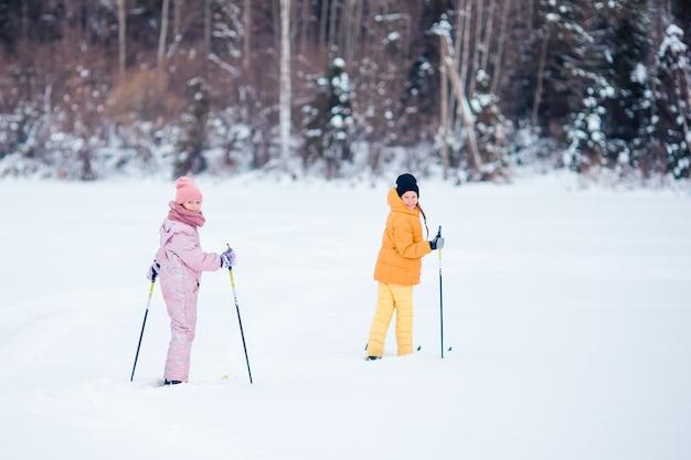 Criança, esquiar nas montanhas. esporte de inverno para crianças.