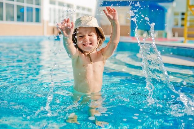Criança está brincando na piscina infantil