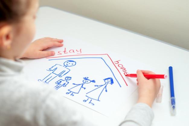 Criança está escrevendo palavras fique em casa