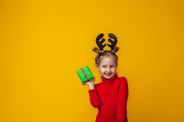 Criança está feliz e tem um presente nas mãos