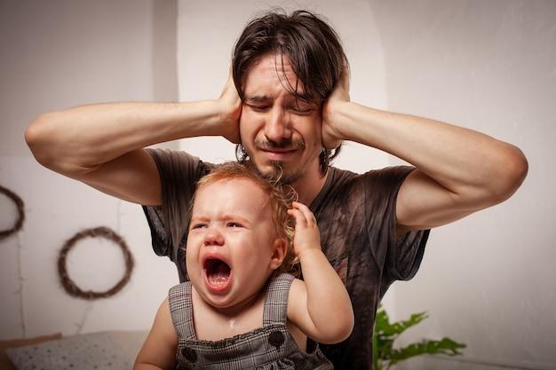 Criança está gritando, histérica. o pai está irritado, cansado