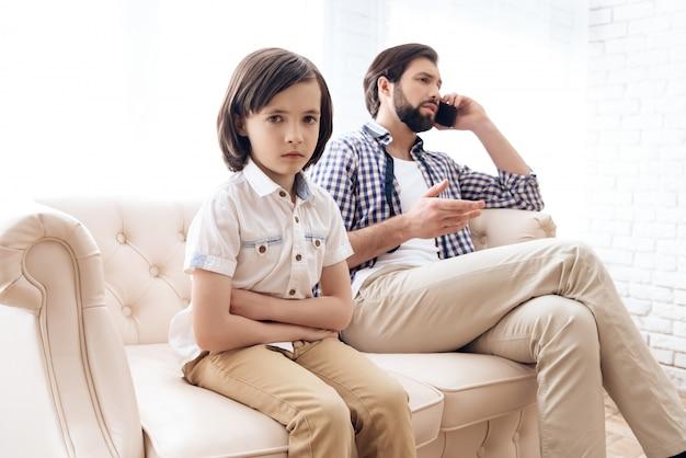 Criança estava chateada que o pai não lhe presta atenção.
