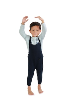 Criança estimar sua altura com as mãos, olhando a câmera. menino asiático mede o crescimento isolado no fundo branco