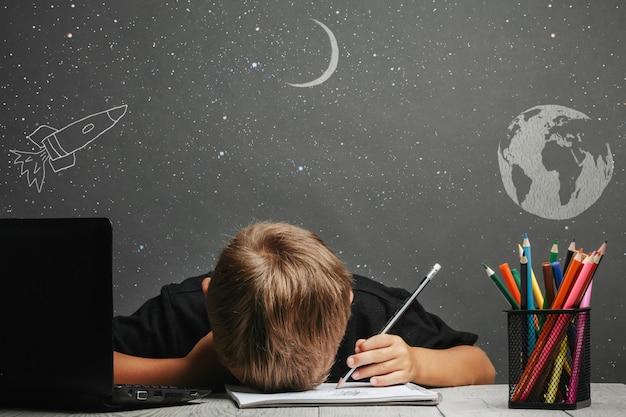 Criança estuda remotamente na escola