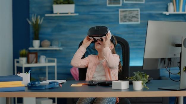 Criança estudando com óculos vr para os deveres de casa e aulas online