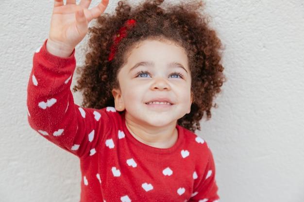 Criança étnica com incríveis olhos azuis
