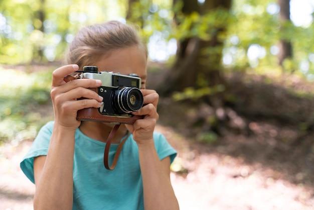 Criança explorando a floresta no dia do meio ambiente