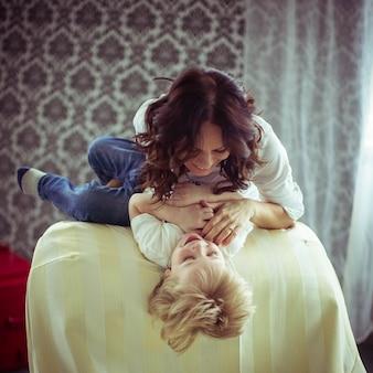 Criança família mamãe humana amigável