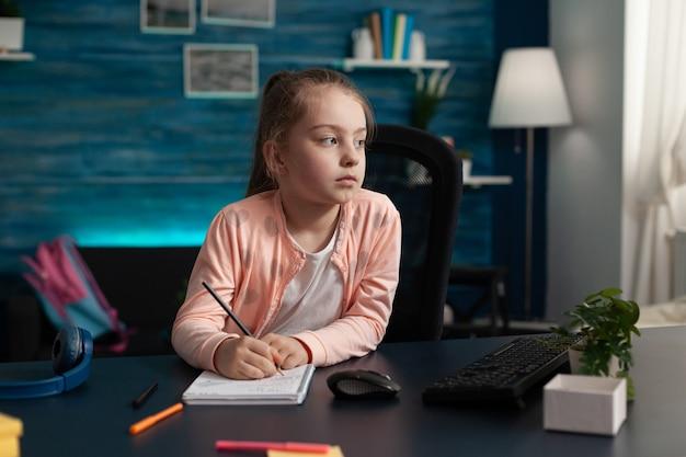 Criança fazendo anotações no caderno para aprender