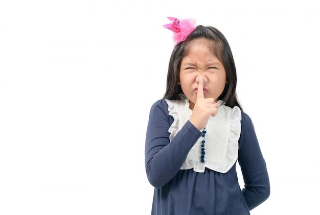 Criança fazendo o gesto de estar quieto