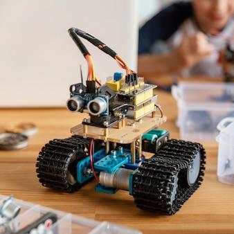Criança fazendo robô de perto