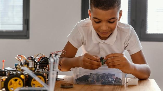 Criança fazendo robô Foto gratuita