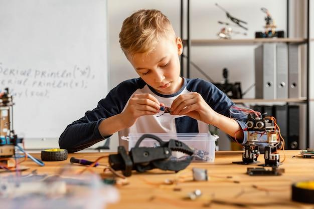 Criança fazendo robô
