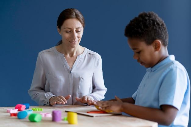 Criança fazendo uma sessão de terapia ocupacional com um psicólogo
