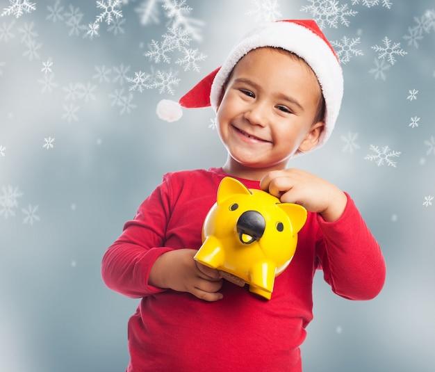 Criança feliz aprendendo a economizar