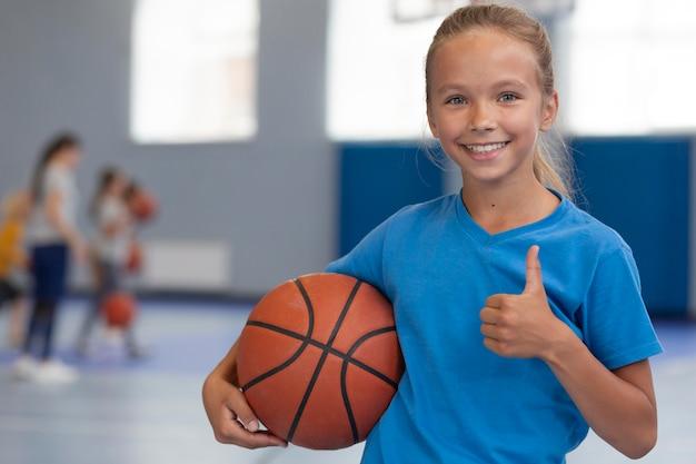 Criança feliz aproveitando a aula de educação física