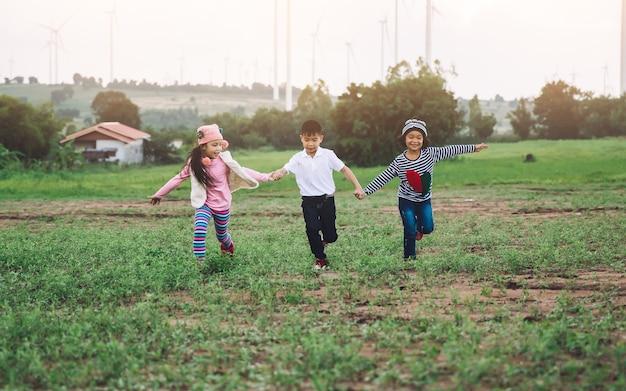 Criança feliz brincando com balões de brinquedo colorido ao ar livre