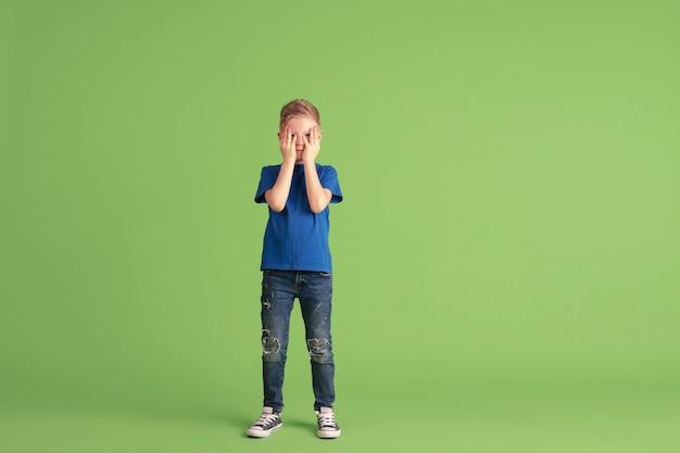 Criança feliz, brincando e se divertindo