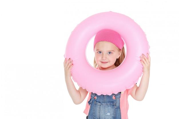 Criança feliz com círculo inflável