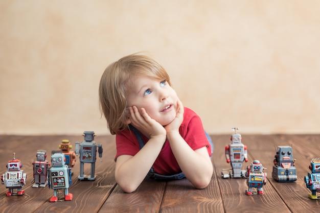 Criança feliz com o robô de brinquedo.