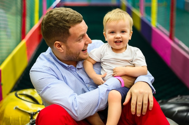 Criança feliz com pai