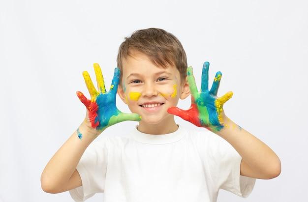 Criança feliz com tintas nas mãos