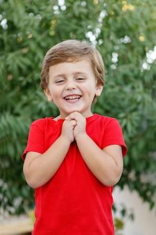 Criança feliz, com, vermelho, t-shirt, em, a, jardim