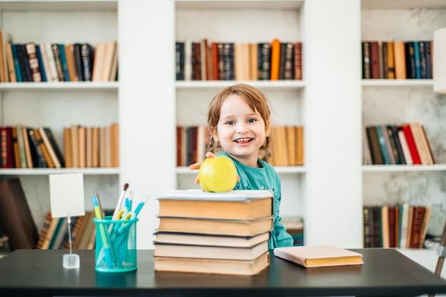 Criança feliz, comida saudável, menina comendo frutas na escola