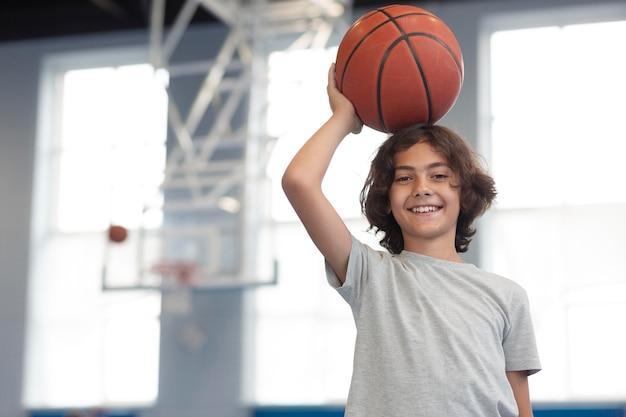 Criança feliz curtindo sua aula de educação física