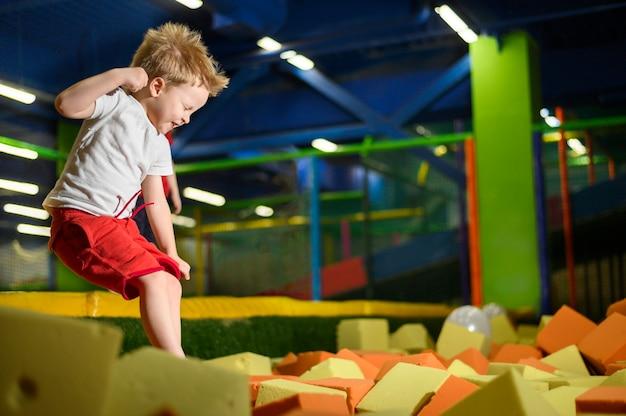 Criança feliz, desfrutando de playground