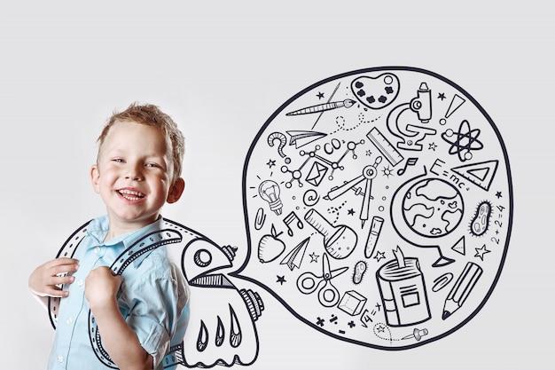 Criança feliz em uma camisa leve vai para a escola pela primeira vez.
