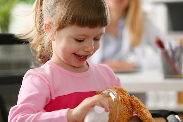 Criança feliz faz inalação em casa para