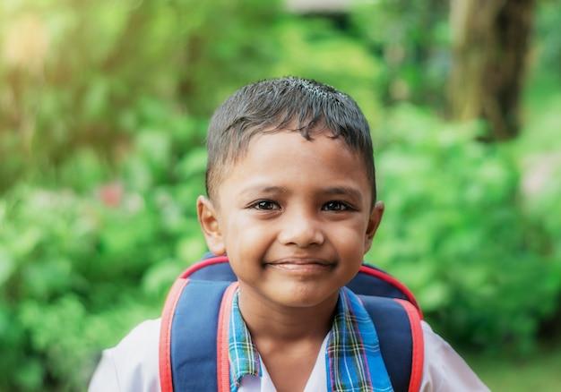 Criança feliz ir para a escola no bokeh turva