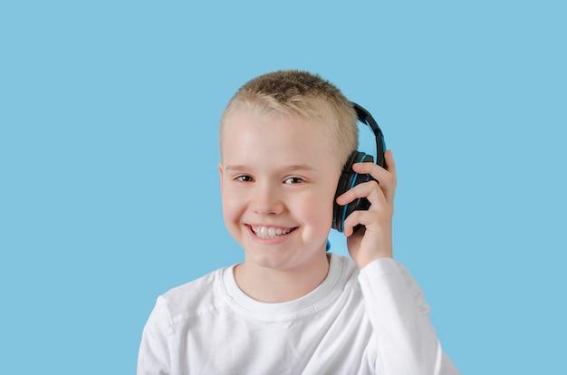Criança feliz mantenha sua mão nos fones de ouvido e ouvindo música