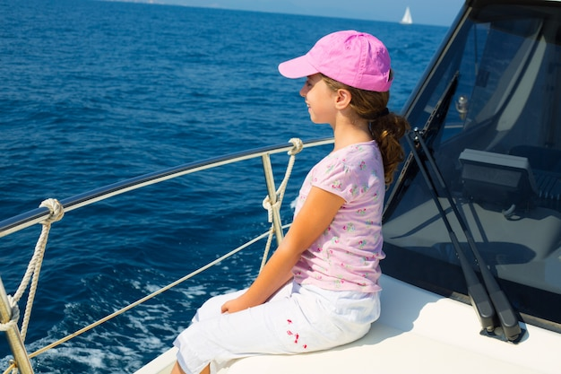 Criança feliz menina velejando feliz barco com tampa