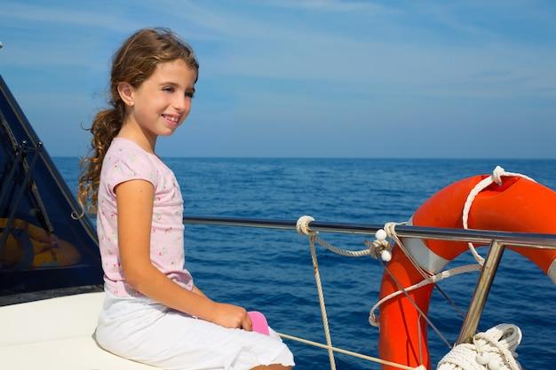 Criança feliz menina velejando feliz barco