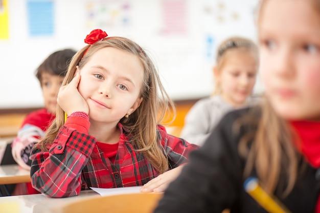 Criança feliz na escola