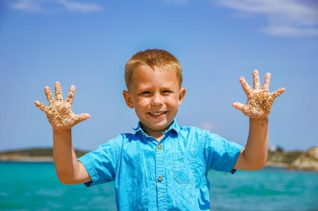 Criança feliz no mar na grécia