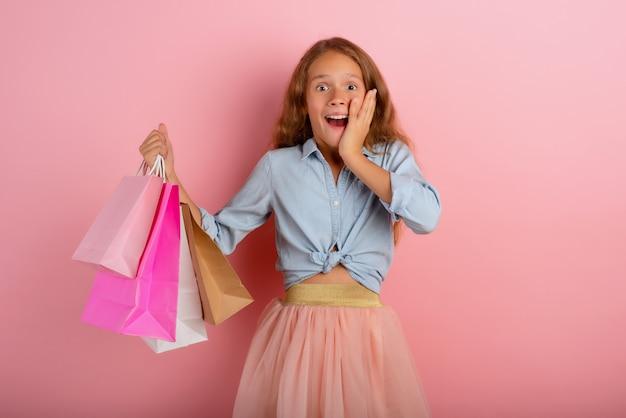 Criança feliz são surpreendidos com as vendas de uma loja. surpreendido, expressão