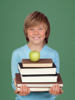 Criança feliz segurando livros e uma maçã