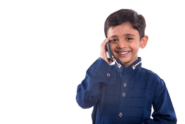 Criança feliz usando telefone celular em branco.