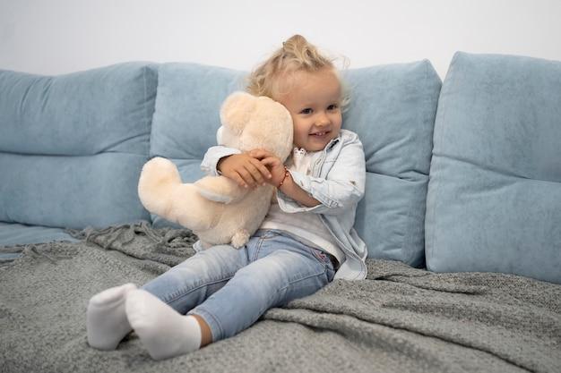 Criança fofa com brinquedo em casa durante a quarentena