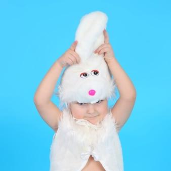 Criança fofa com fantasia de coelho